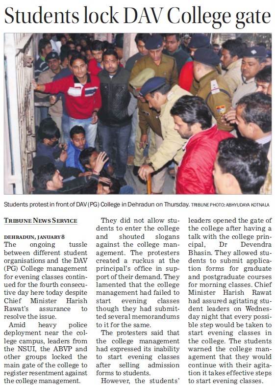 Students lock DAV College gate (DAV PG College Karanpur)